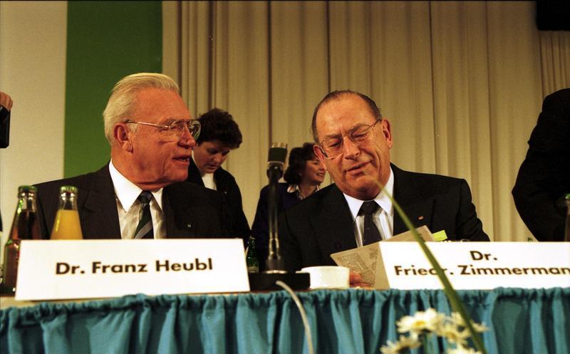 https://upload.wikimedia.org/wikipedia/commons/6/6f/Bundesarchiv_B_145_Bild-F083104-0003%2C_M%C3%BCnchen%2C_CSU-Parteitag%2C_Heubl%2C_Zimmermann.jpg