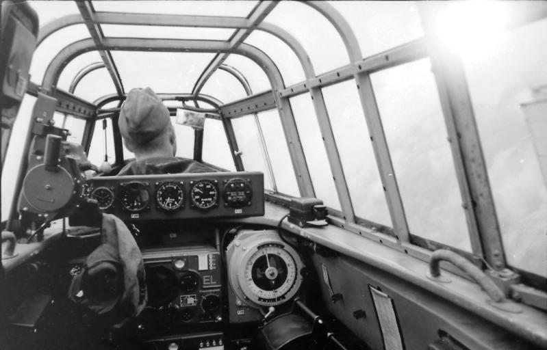 Bundesarchiv_Bild_101I-405-0555-34%2C_Flugzeug_Messerschmitt_Me_110%2C_Cockpit.jpg