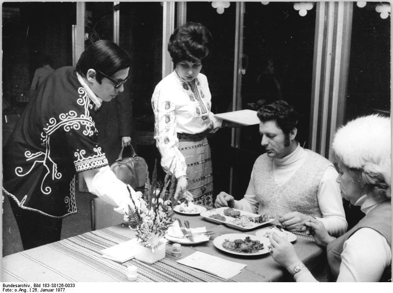 File:Bundesarchiv Bild 183-S0126-0033, Berlin, bulgarische Gastarbeiter.jpg
