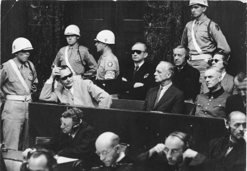 Die Bank der Angeklagten; von links: Hermann Göring, Karl Dönitz, Joachim von Ribbentrop, Erich Raeder, Wilhelm Keitel, dahinter Baldur von Schirach, Ernst Kaltenbrunner.