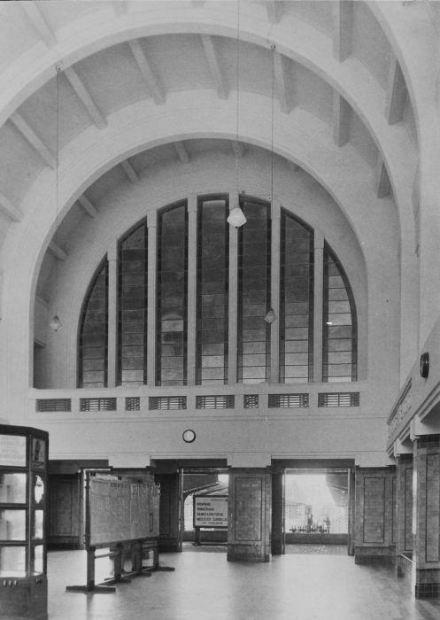 file collectie tropenmuseum de hal achter de ingang van het spoorwegstation te batavia met een