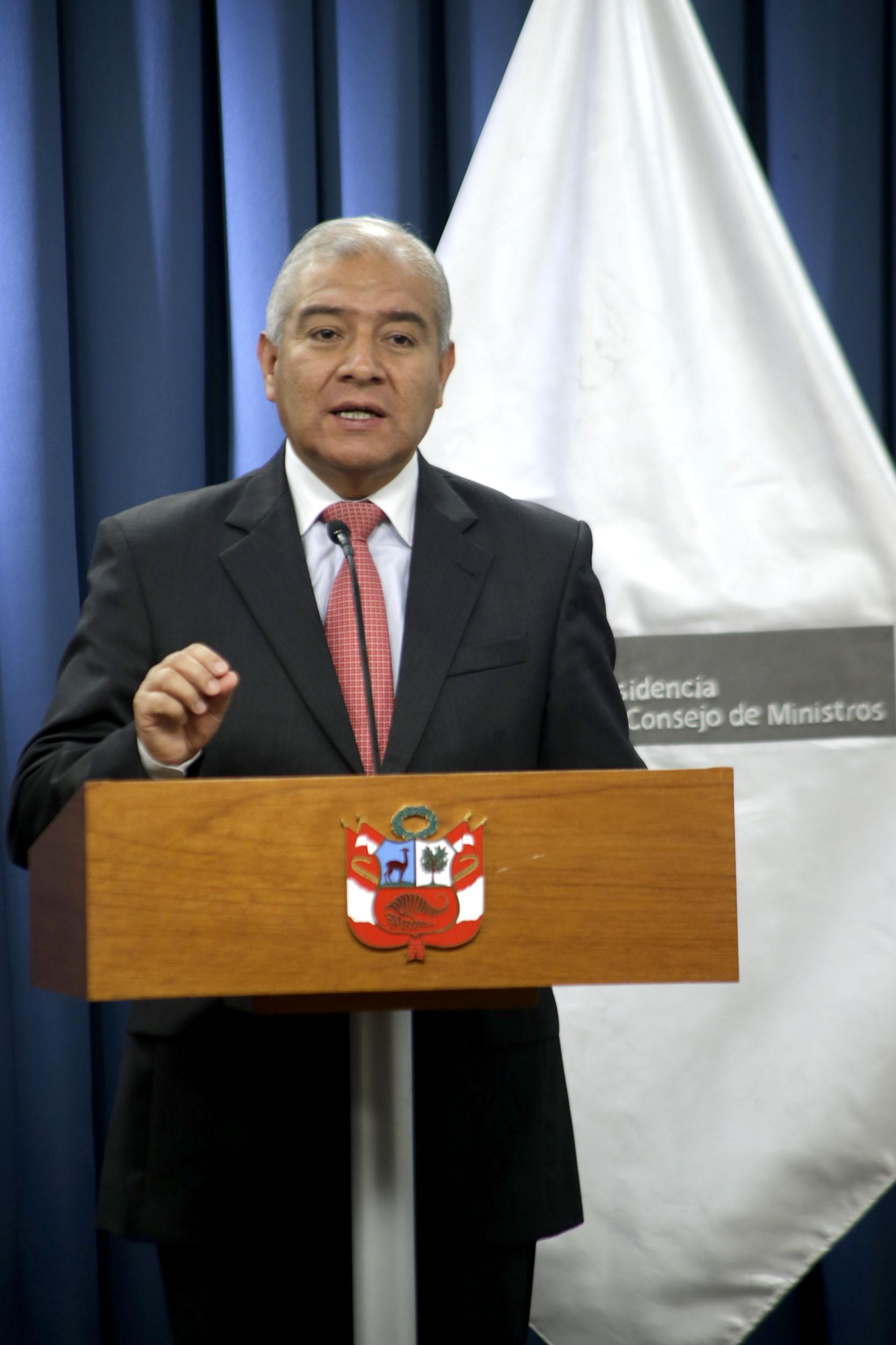 CONFERENCIA DE PRENSA EN LA PCM (8797249257).jpg Español: El primer Ministro, Juan Jimenez, el ministro de Defensa, Pedro Cateriano Bellido