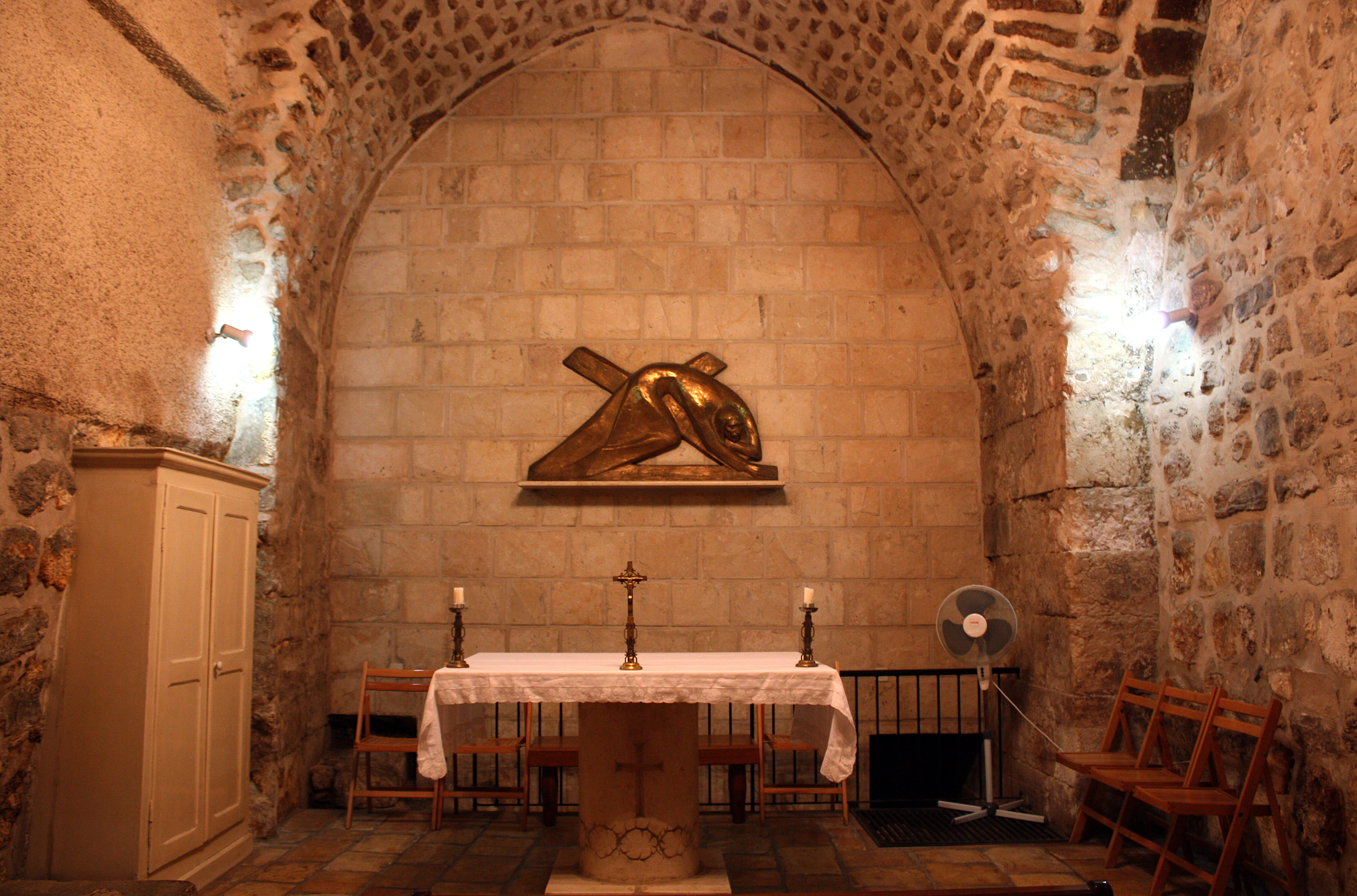 https://upload.wikimedia.org/wikipedia/commons/6/6f/Chapel_in_7th_Station_%28Via_Dolorosa%29.JPG