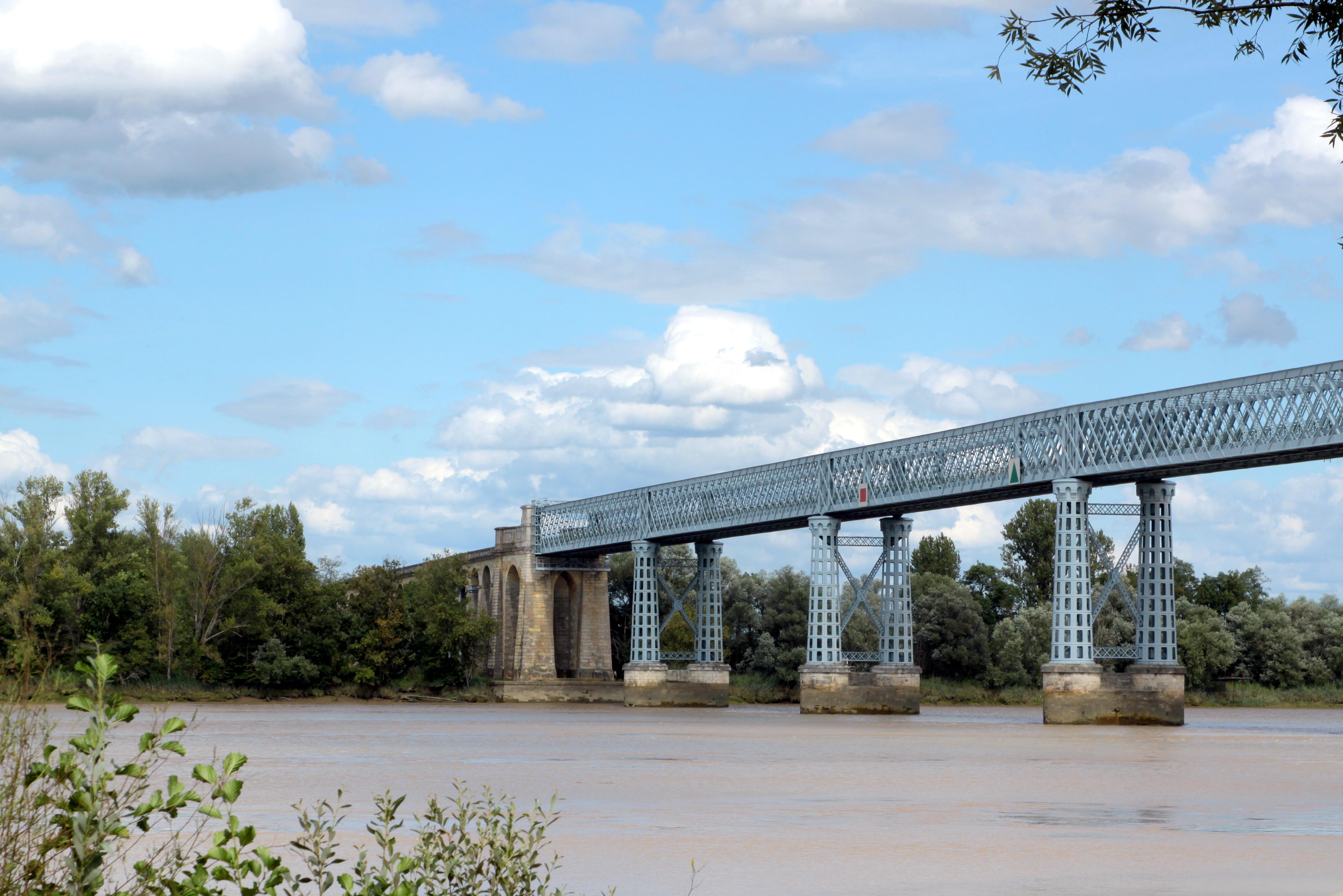 Le pont de la départementale 1010 à Cubzac-les-Ponts, près de Bordeaux, construit par Gustave Eiffel (photo de Les Meloures affichée depuis Wikimedia sous licence GFDL)