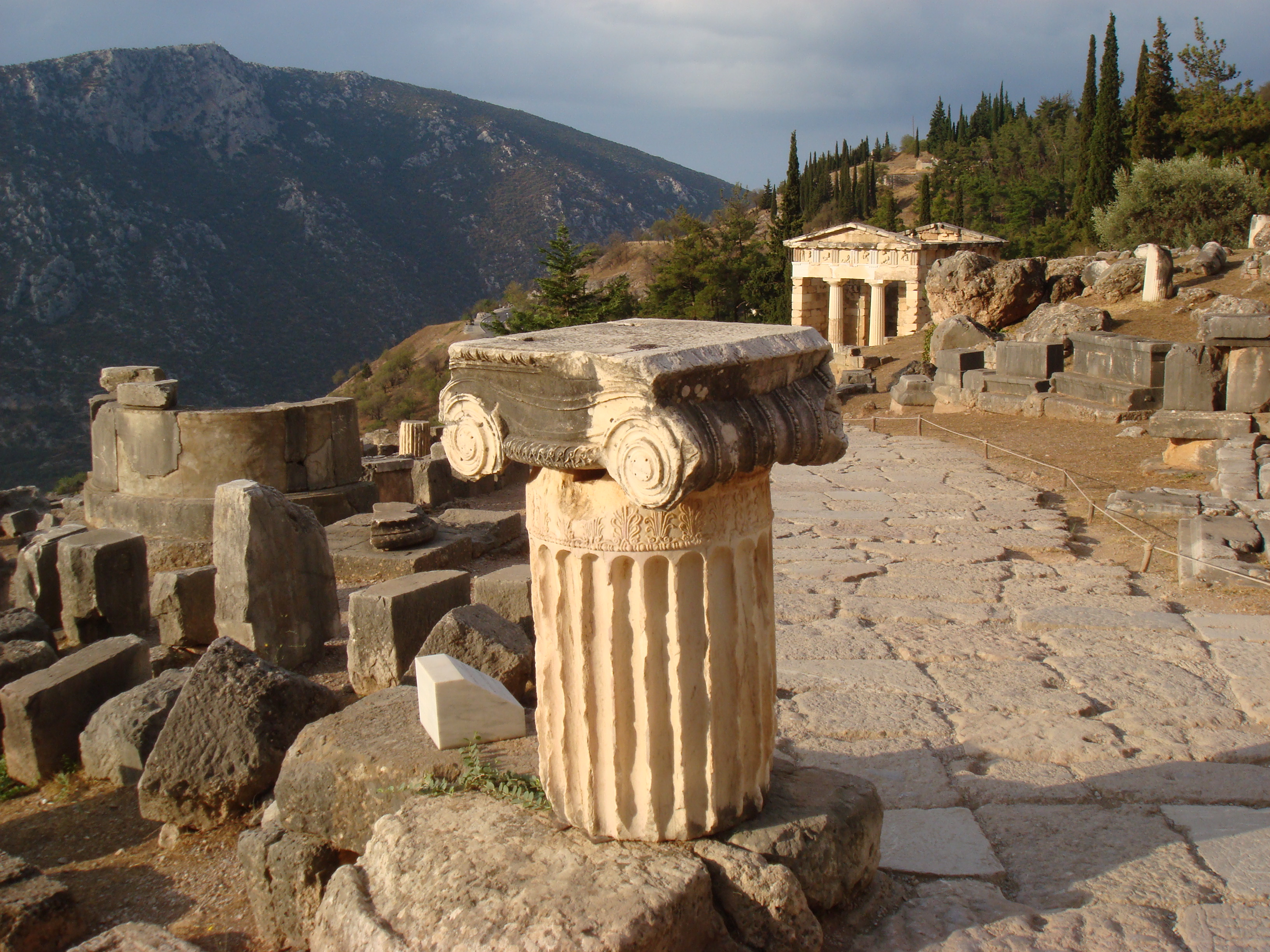 http://upload.wikimedia.org/wikipedia/commons/6/6f/Delphi_stairs2.JPG