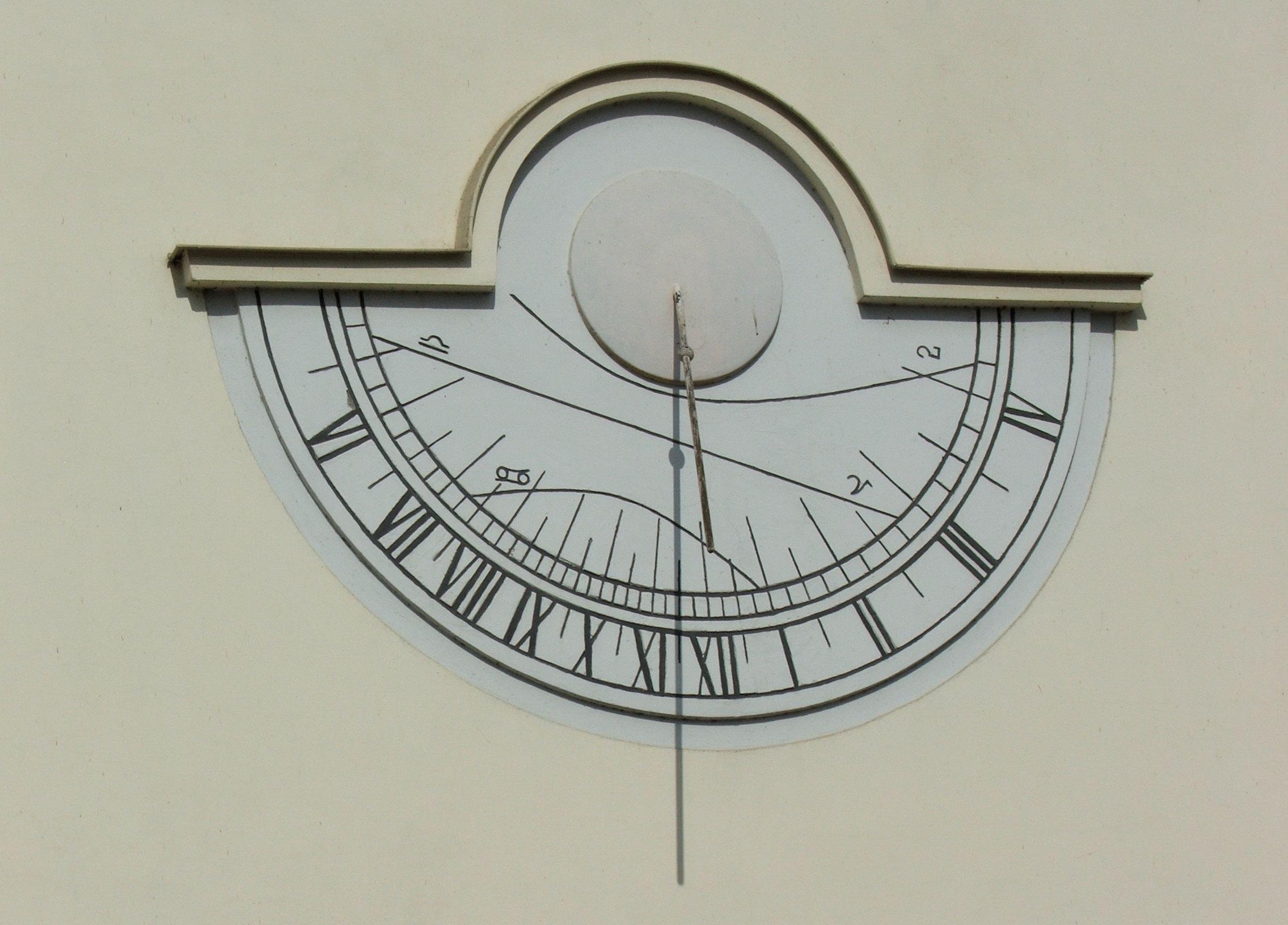 Существует два типа вертикальных солнечных часов: ориентированные вертикальные часы имеют циферблат, строго ориентированный на одну из четырех частей света: север, восток, юг или запад.