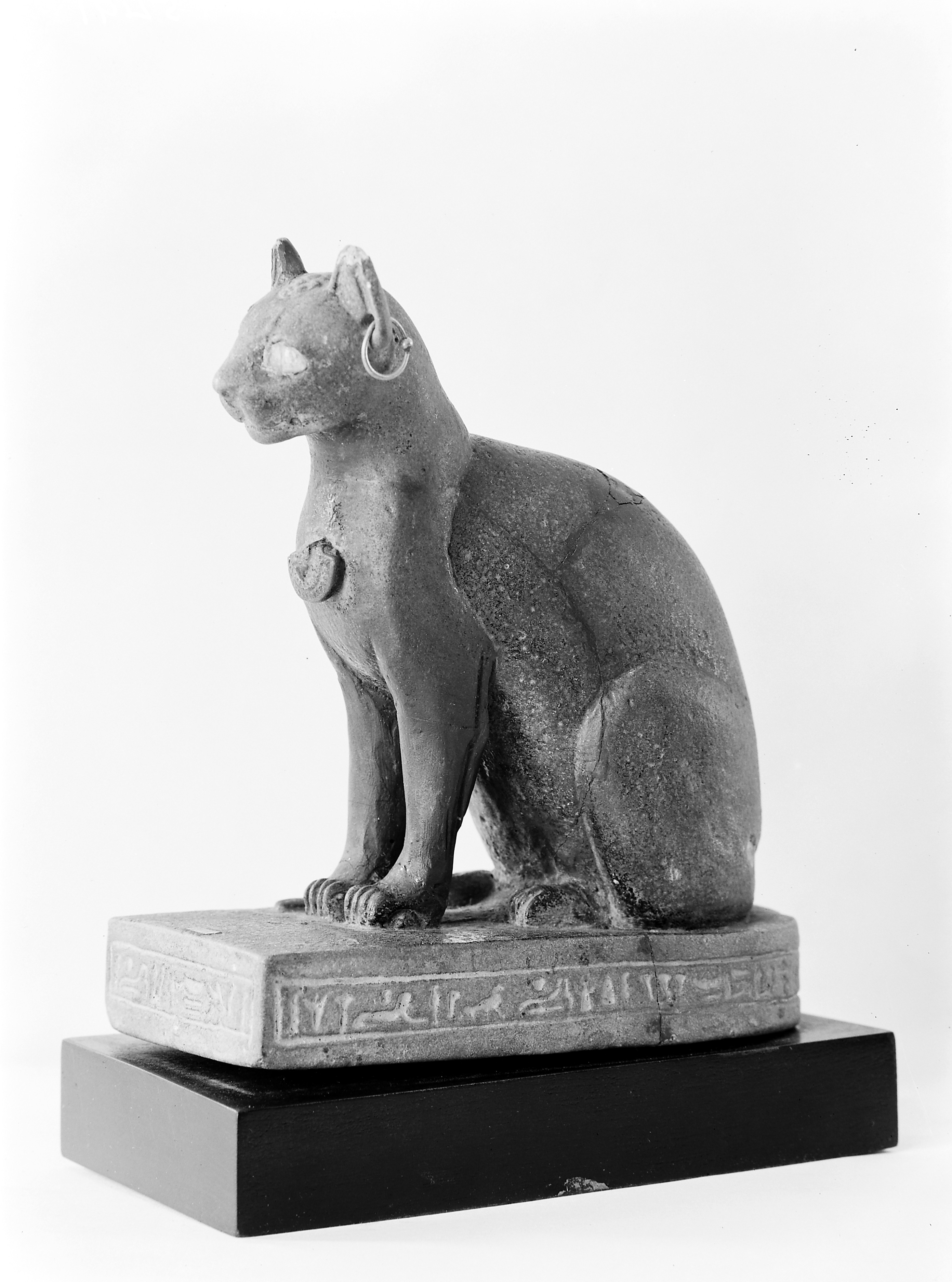 File:Egyptian figure of a cat. Wellcome M0005491.jpg - Wikimedia Commons
