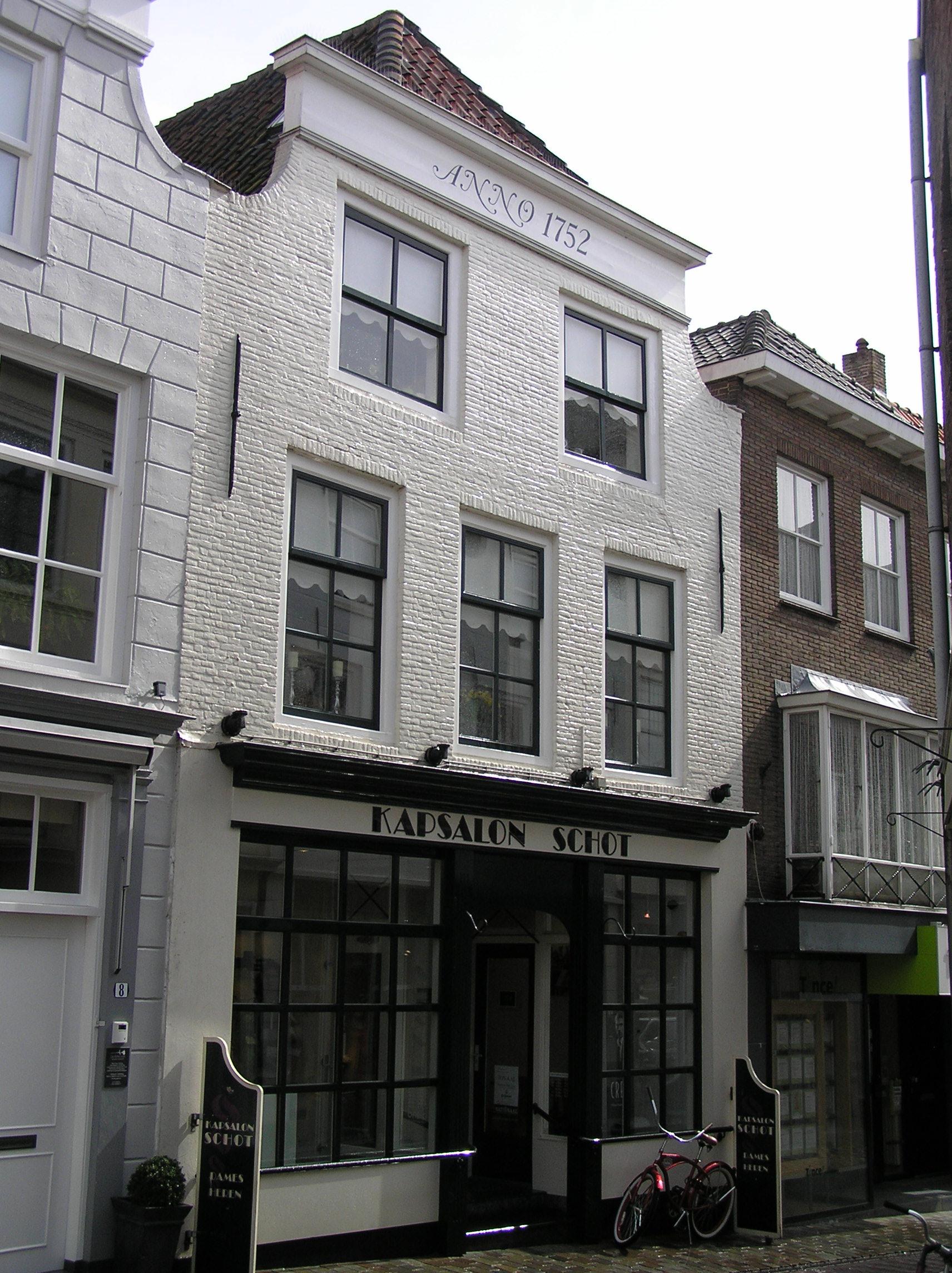 Huis met oude kap en geverfde ingezwenkte lijstgevel lijst storend vernieuwd staafankers - Oude huis fotos ...