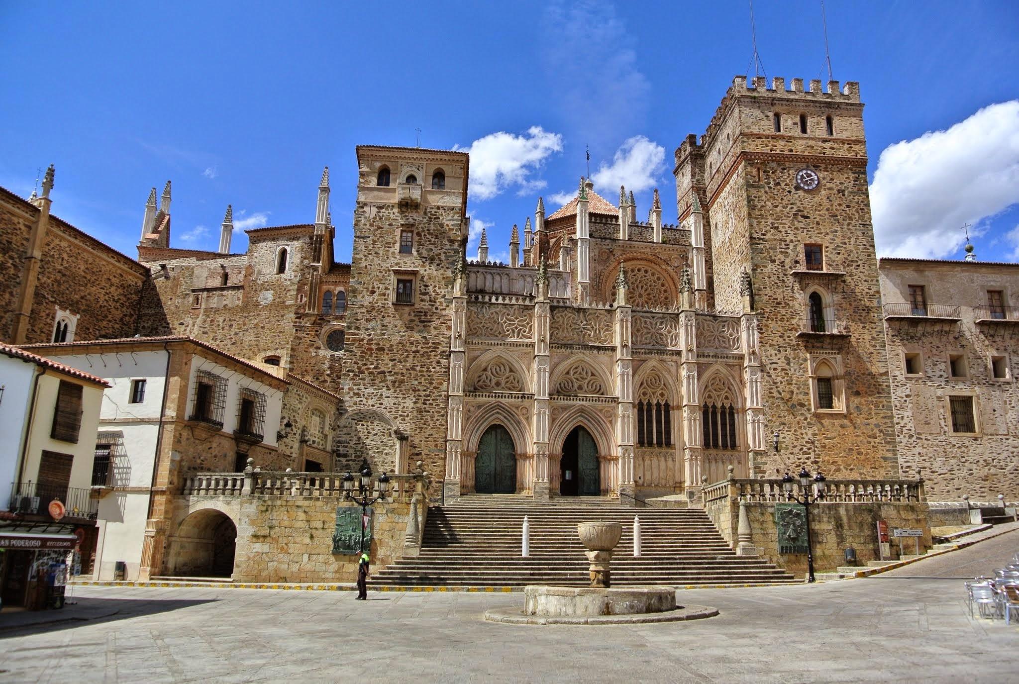 Pueblos de España que merecen ser visitados - Página 4 Guadalupe%2C_C%C3%A1ceres%2C_Spain_-_panoramio_%285%29