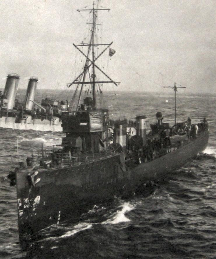 HMS_FURY_(1911)_attending_Audacious.jpg