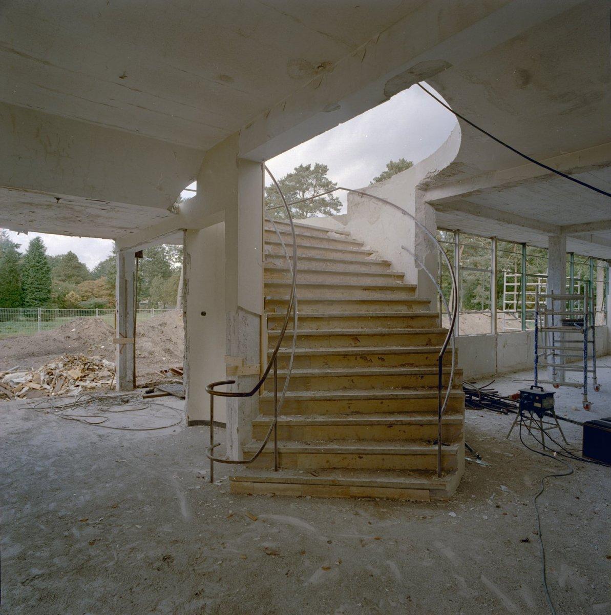 File:Interieur, hoofdgebouw, trap, tijdens restauratie - Hilversum ...