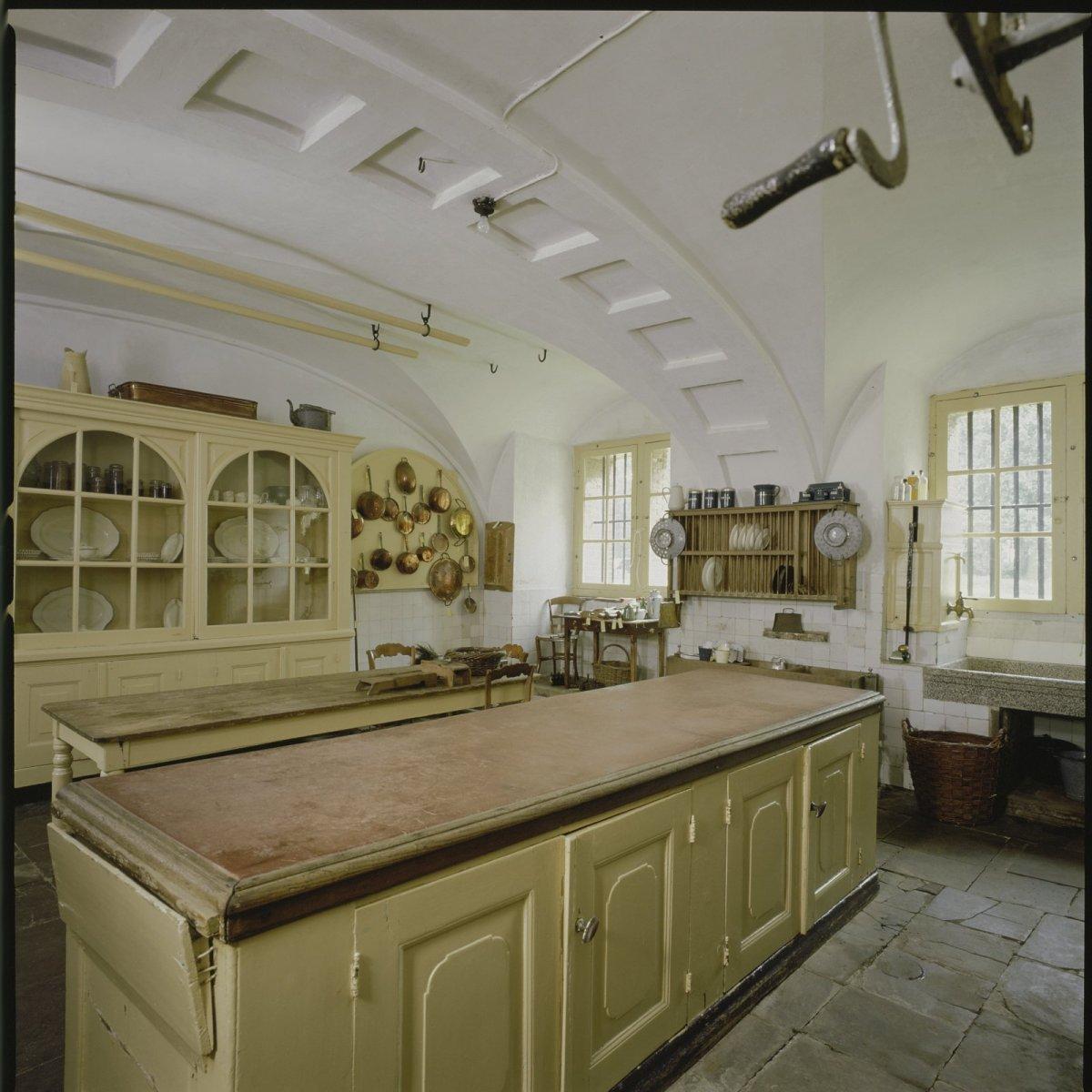 File interieur overzicht van de keuken detail inhoud keukenkast in het onderhuis amerongen - Whirlpool van het interieur ...