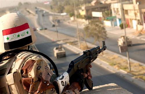 Soldat im Irak mit AK-47