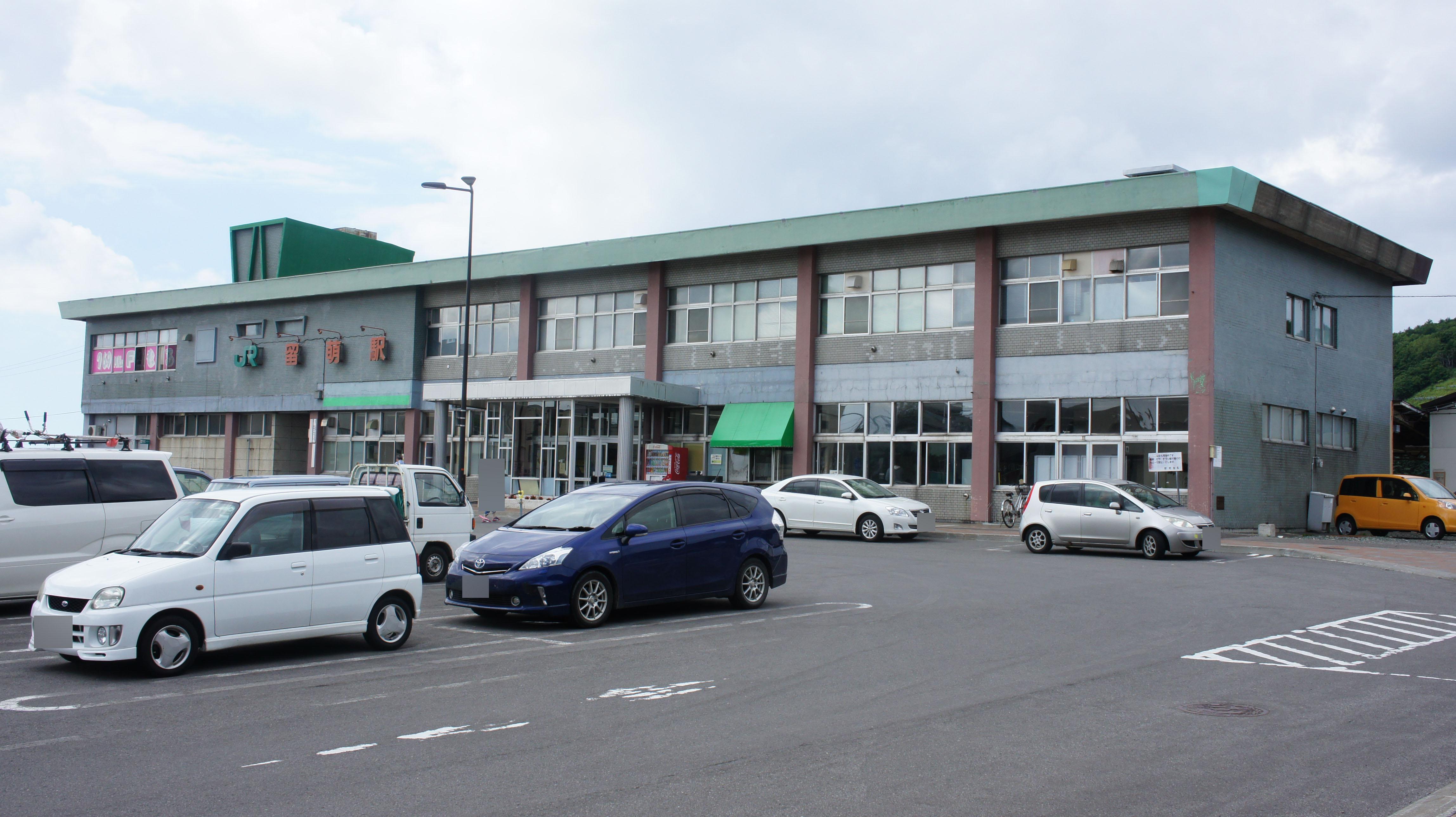 https://upload.wikimedia.org/wikipedia/commons/6/6f/JR_Rumoi-Main-Line_Rumoi_Station_building.jpg