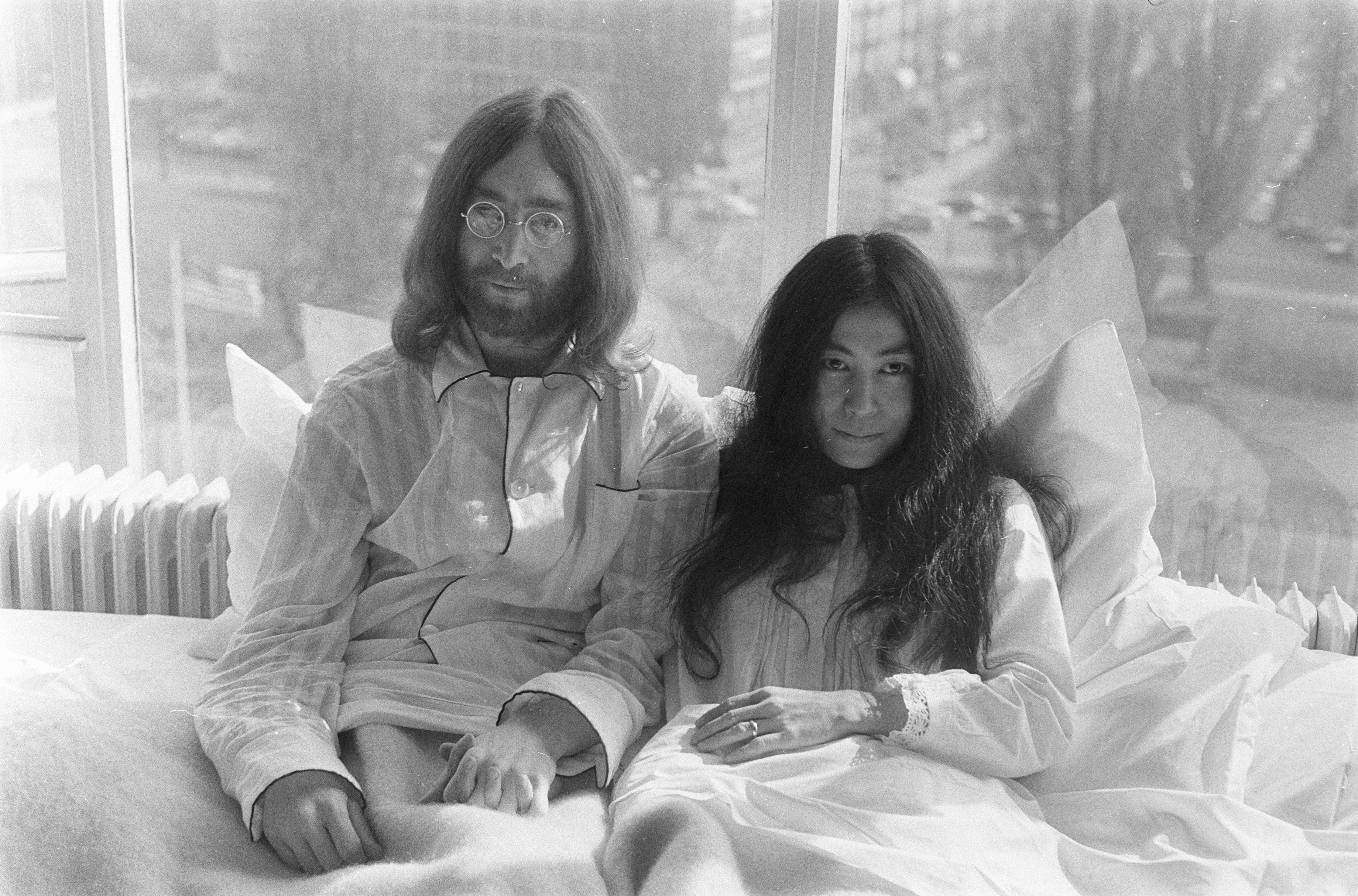 File:John Lennon en zijn echtgenote Yoko Ono op huwelijksreis in Amsterdam.  John Lenn, Bestanddeelnr 922-2305.jpg - Wikimedia Commons