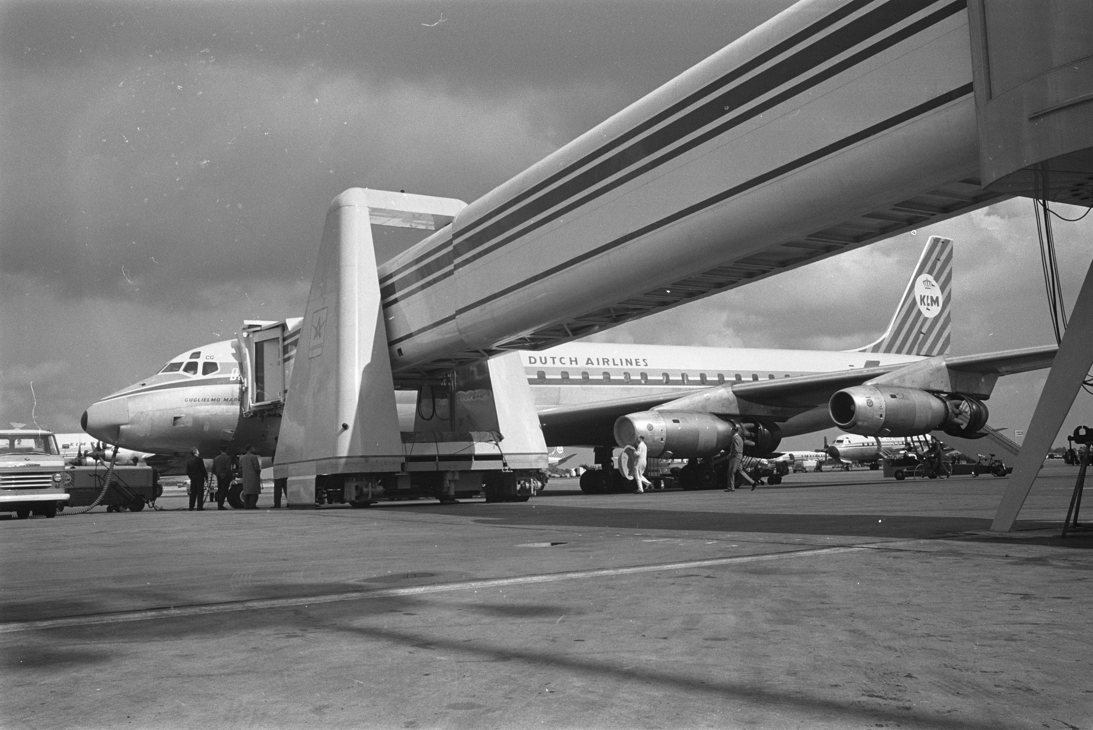 File:KLM Douglas DC-8 at an air bridge at Schiphol.jpg