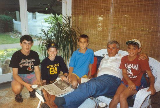 1988年夏、コロンバスのフランク・トゥルートの家で若いファンとボビー・ナイト Wikipediaより