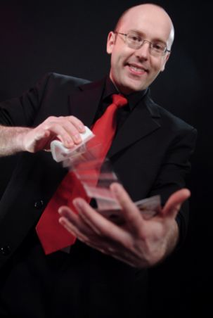 English: Magician Martin Eisele with a deck of...