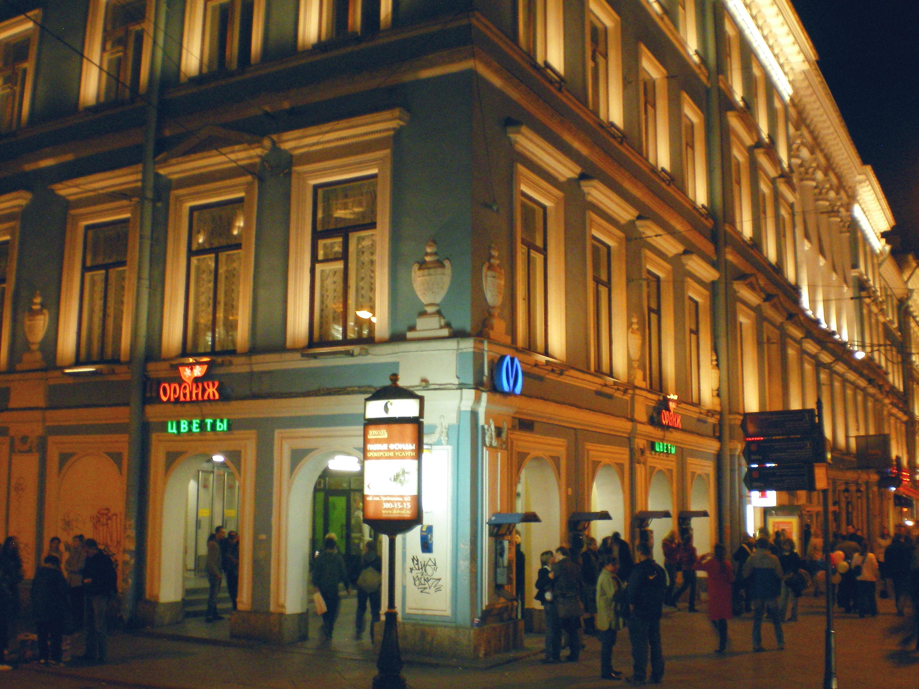 Станция «Невский проспект» закрыта навход ивыход