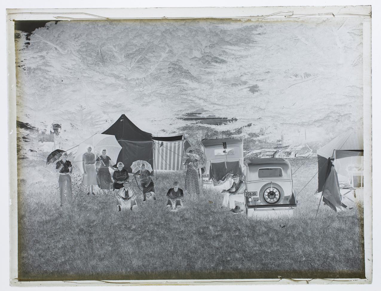 imagem com foto de mulher com crianças em baixo de guarda sol grande reforçado