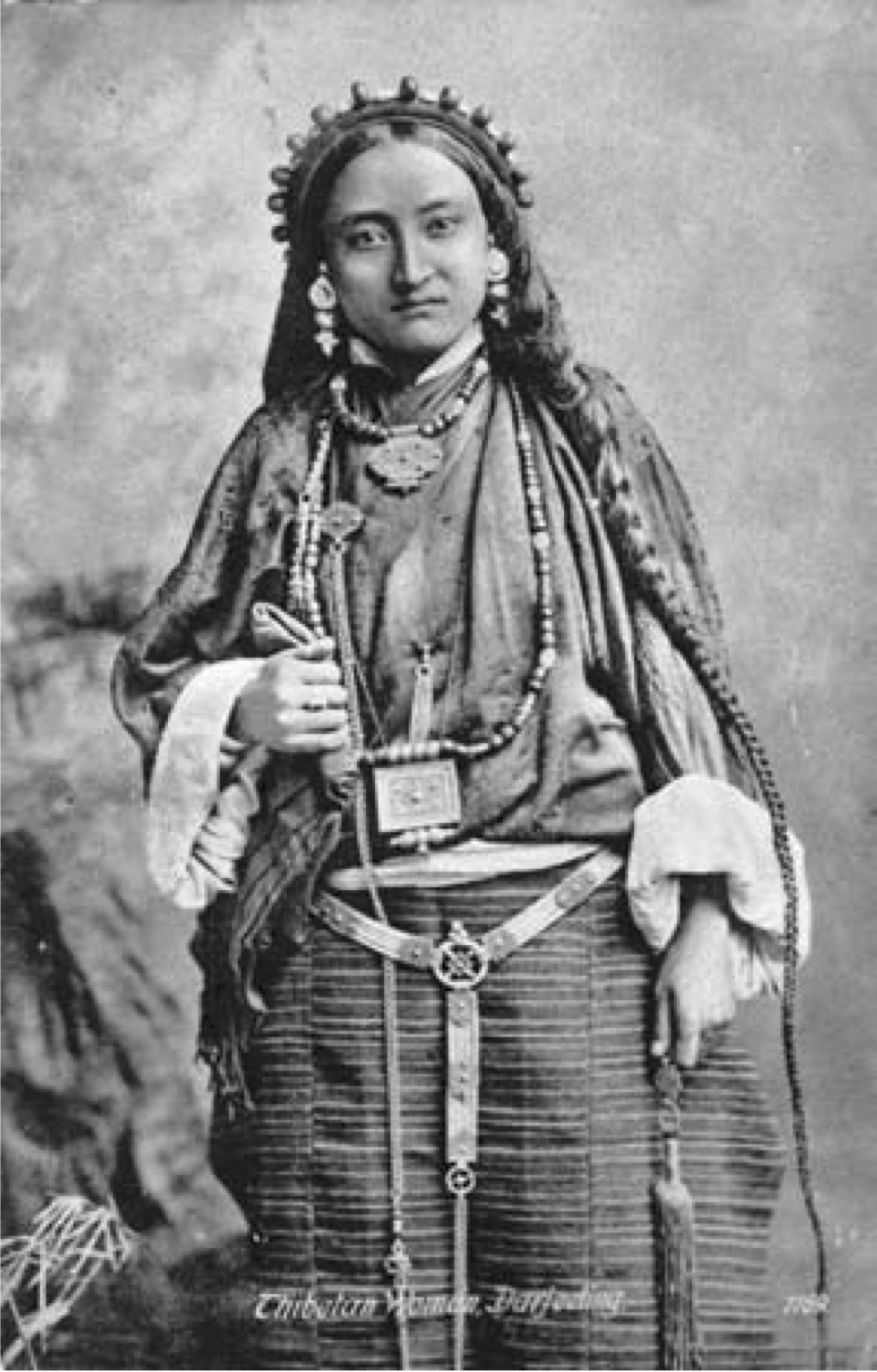 File:Postcard of portrait of 19 year old Tibetan woman in Lhasa-style dress  and amulet.jpg - Wikimedia Commons