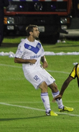 Pratto playing for Vélez in the 2013 Copa Libertadores.