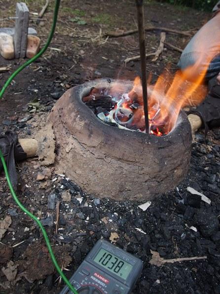 Expérimentation sur la température d'un bas fourneau au village préhistorique de ZOO à Pilsen (Tchéquie) / CC BY SA 4.04 Oživená (pre)historie, z.s., Juin 2015