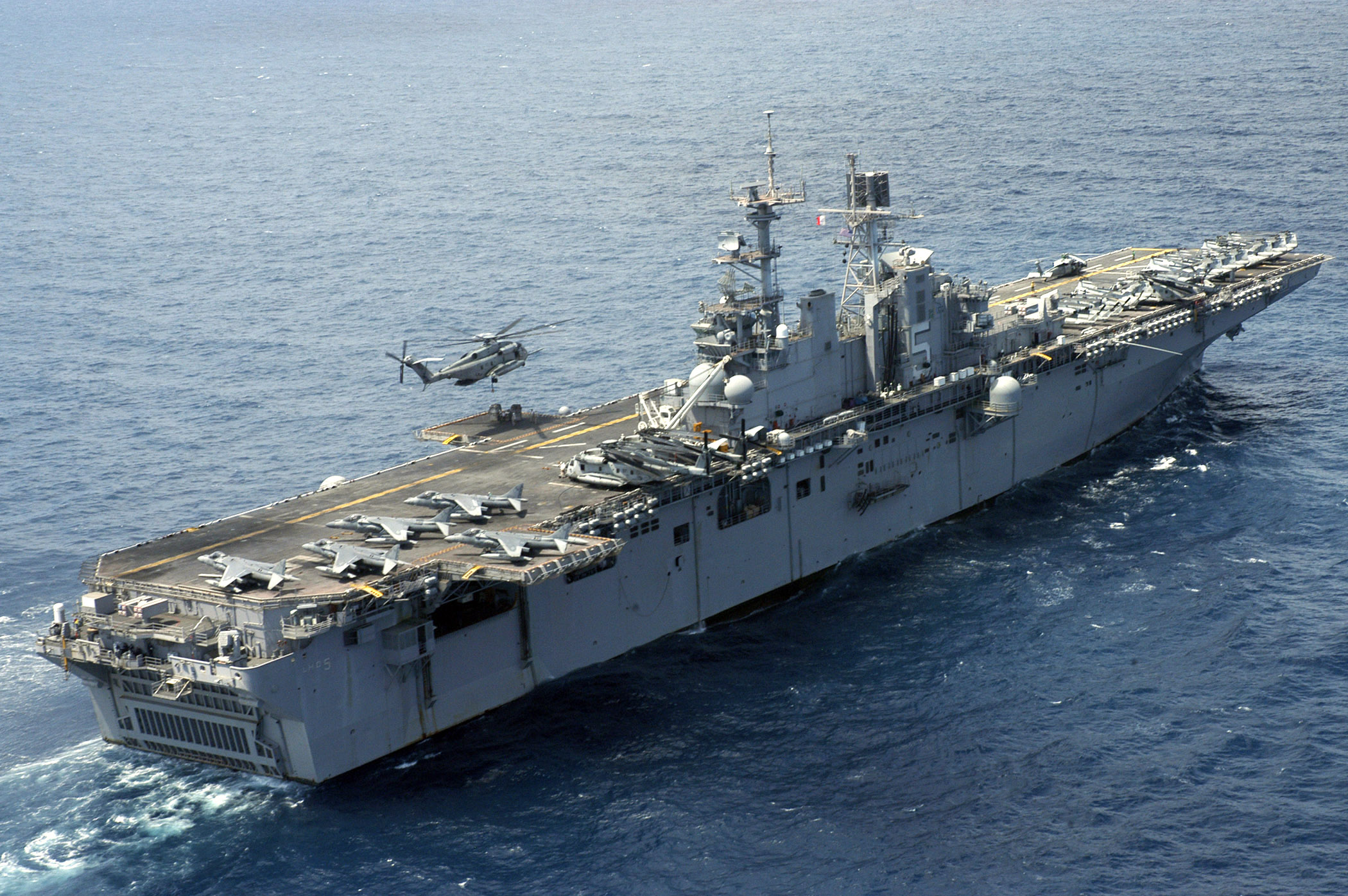 File:US Navy 070221-N-6482W-221 A CH-53E Super Stallion ...