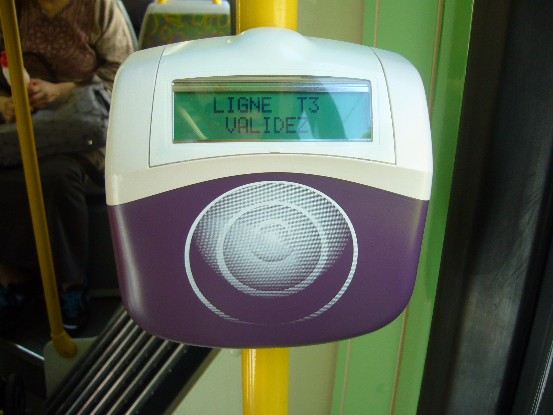 Validateur Navigo présent dans les bus et tramway parisiens