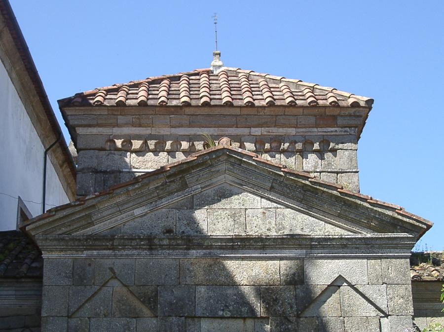 Vista aproximada da torre cruzeiro e secção superior do braço ocidental.jpg