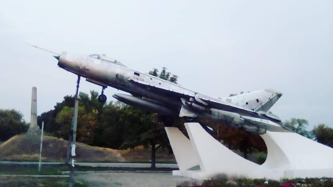 Памятник авиации — самолёт Су-7Б в центре города