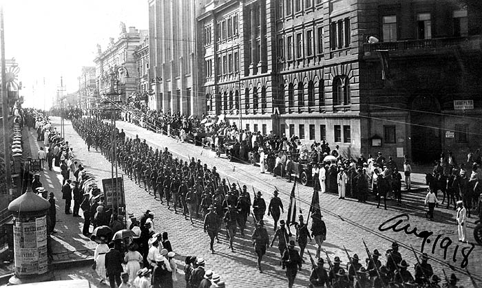 Fájl:5 U.S. Wolfhounds on parade in Vladavostock, August 1918.jpg