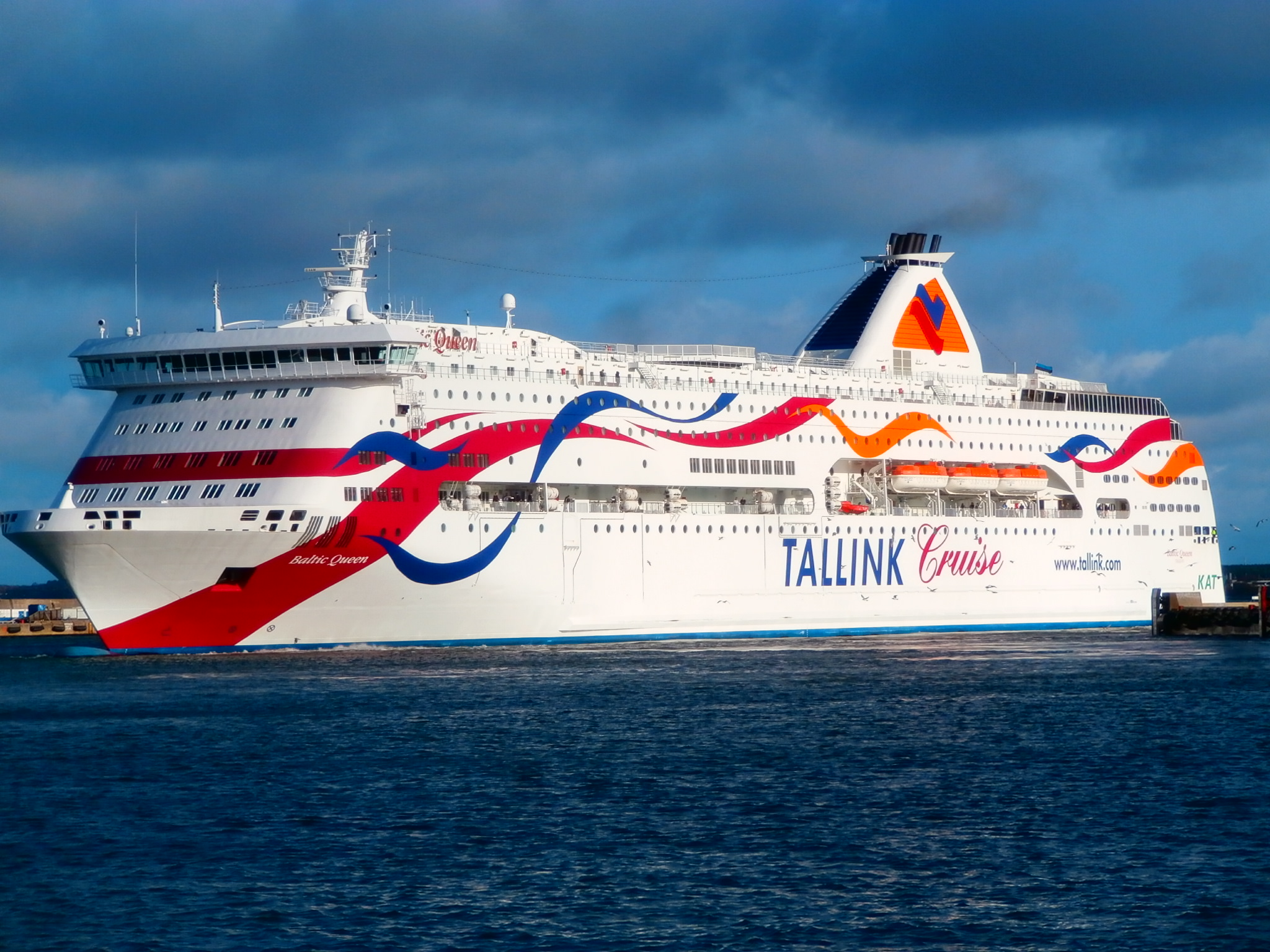 FileBaltic Queen Turning To Starboard Side In Port Of Tallinn - Port or starboard side of cruise ship