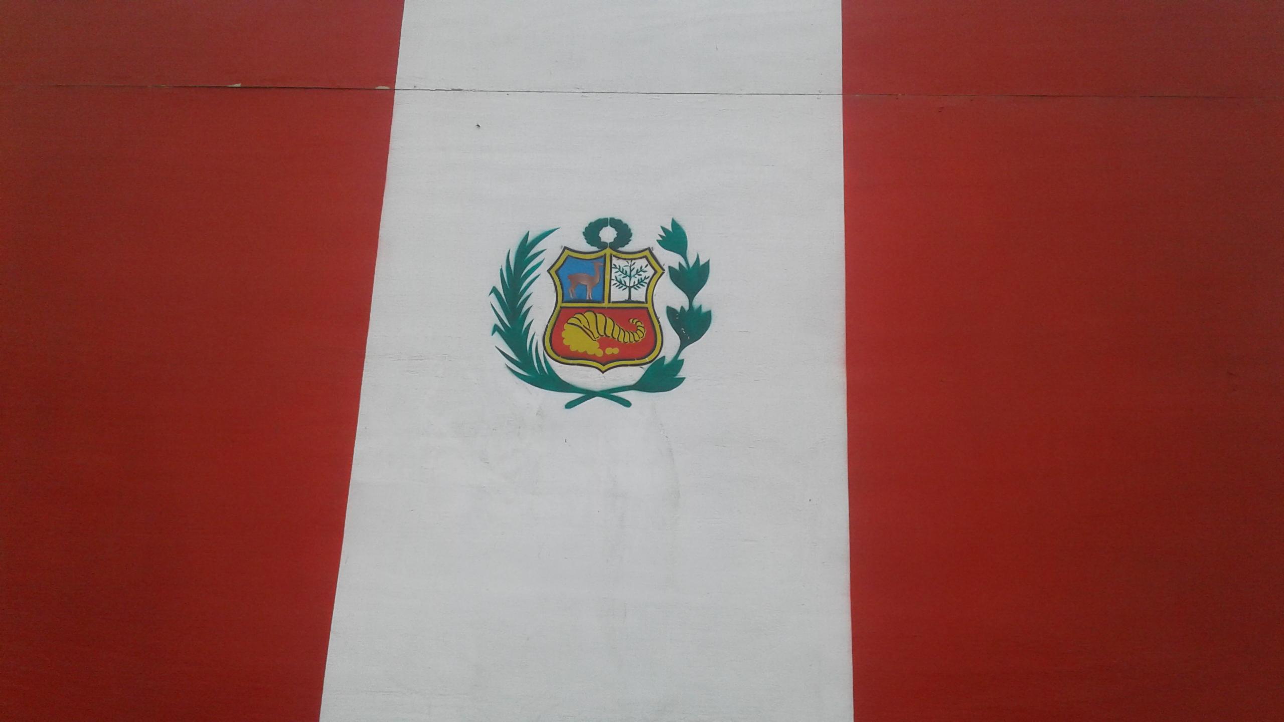 File Bandera Nacional De Peru Con El Escudo De Armas Fotografia Jpg Wikimedia Commons