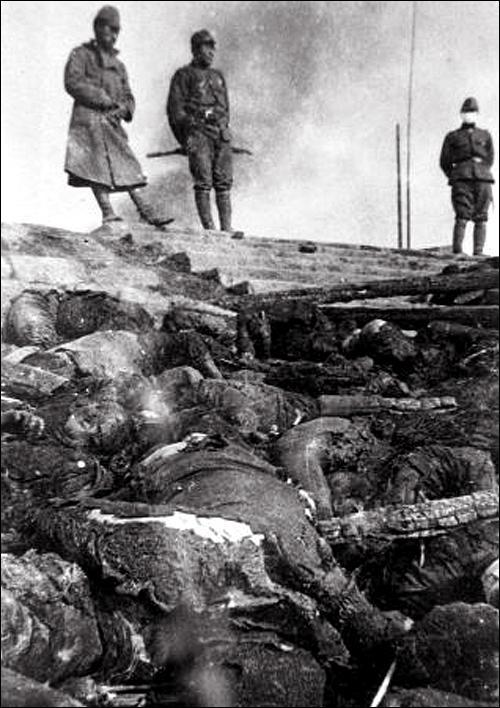 Bodies of Chinese massacred by Japanese troops along a river in Nanjing (Murase Moriyasa%27s photo) 01.jpg