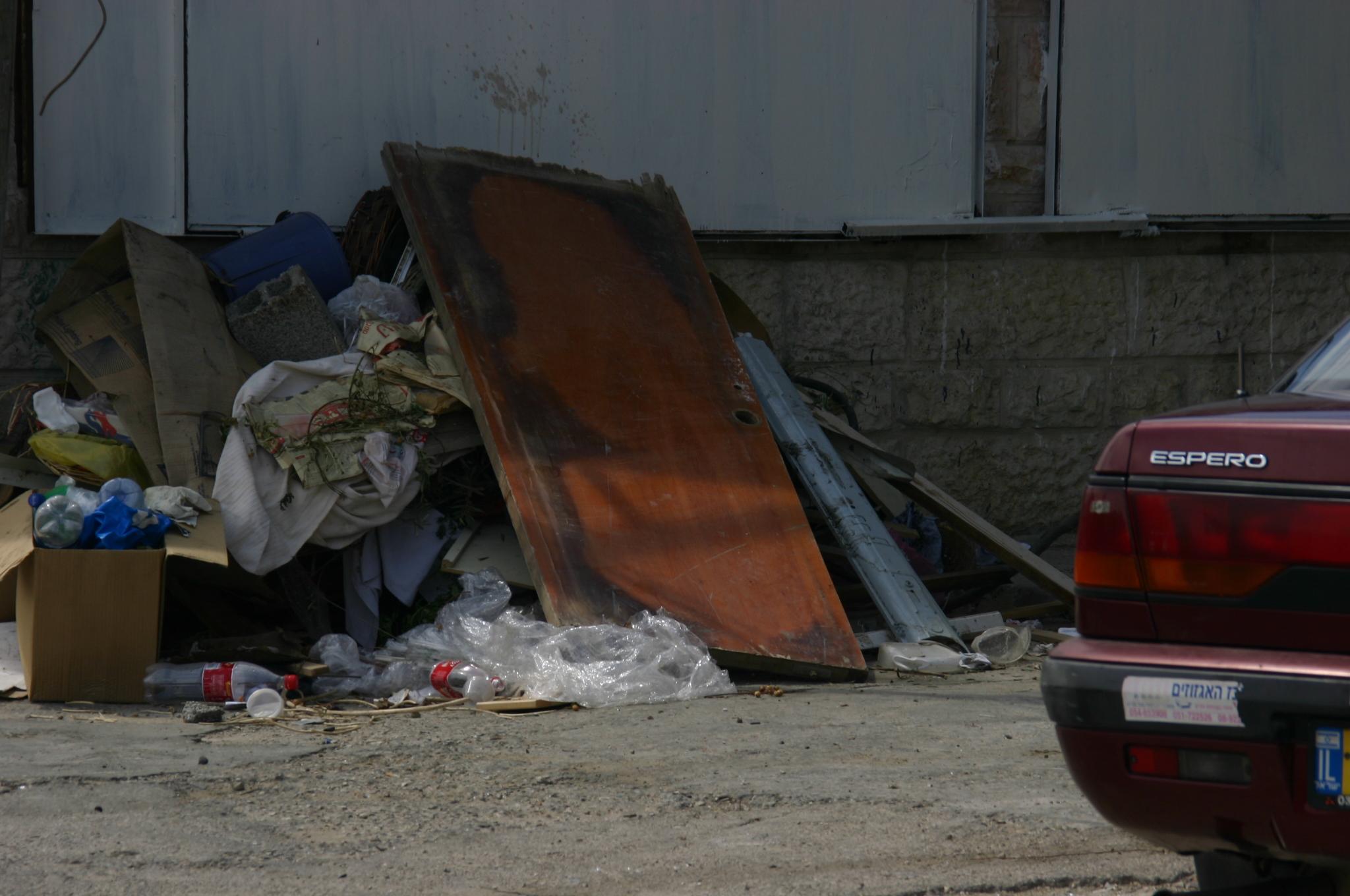 Kaputte Tür auf Müllhaufen - Quelle: WikiCommons