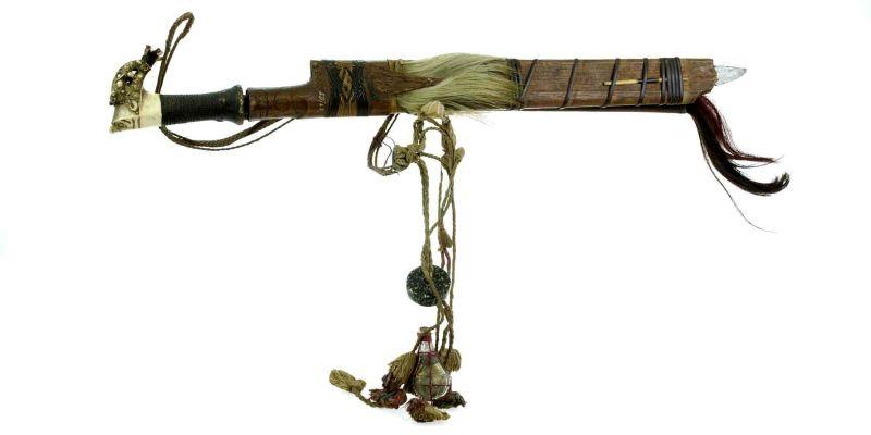 File:COLLECTIE TROPENMUSEUM Zwaard met gevest van hertshoorn schede en mesje TMnr 23-115.jpg