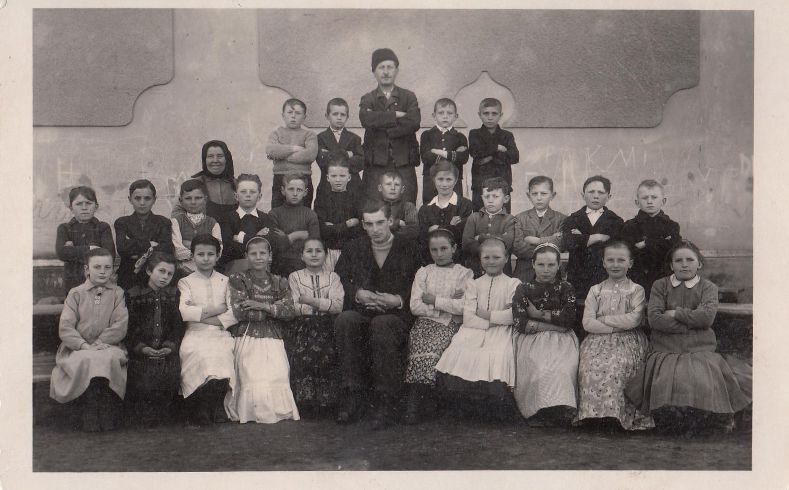 Elementary school students Belo Blato photo.jpg