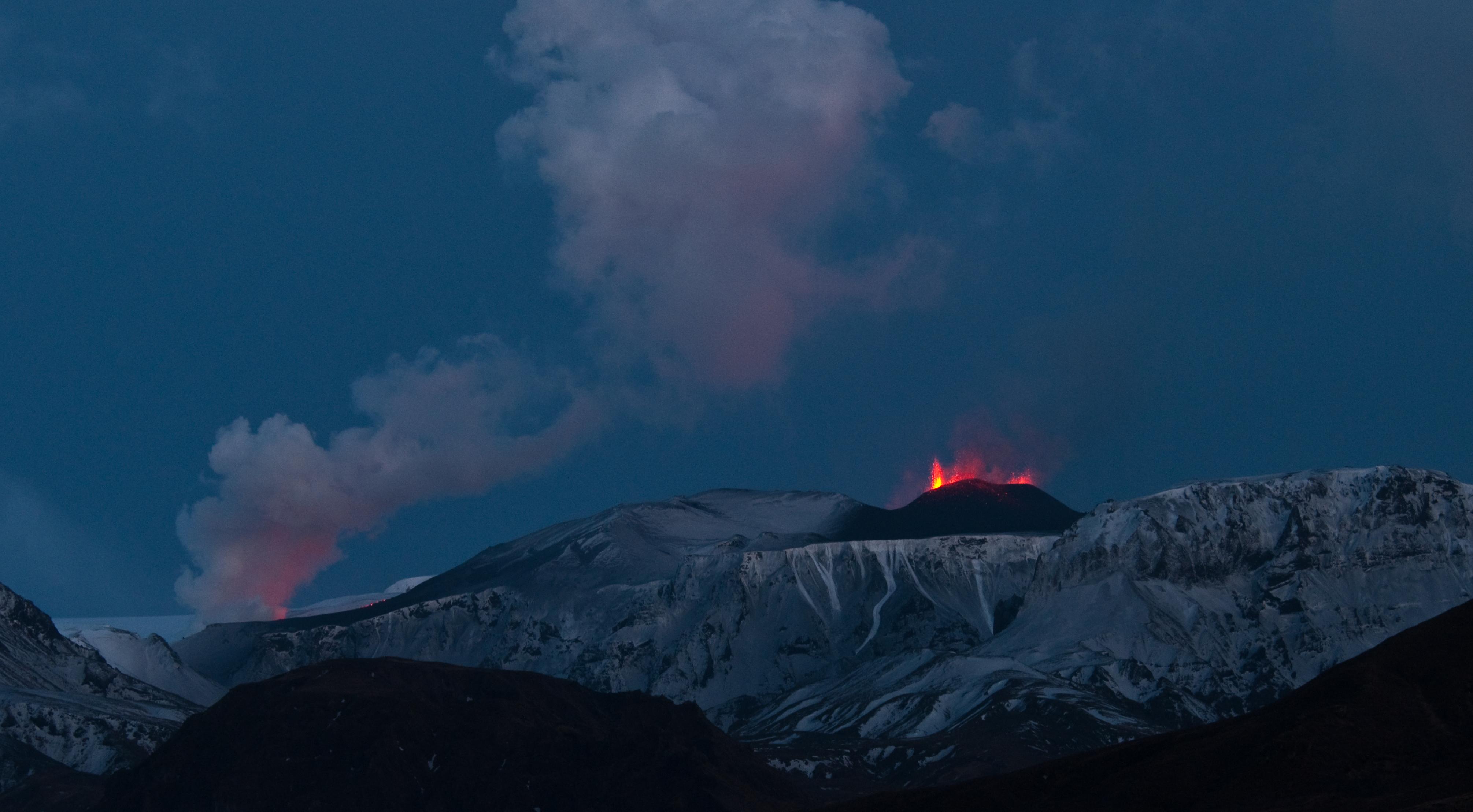 Eyjafjallaj%C3%B6kull_eruption_Fimmv%C3%B6r%C3%B0uh%C3%A1ls_crater_20100325.jpg