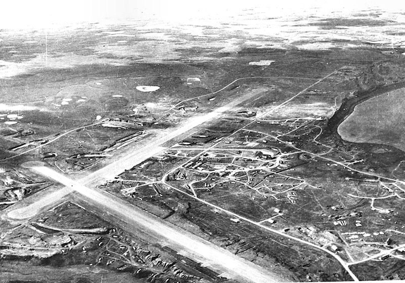 Fort Randall em Cold Bay, Território do Alasca, em 1942. O Projeto Hula ocorreu aqui em 1945. A ponta da baía está no centro, à direita.