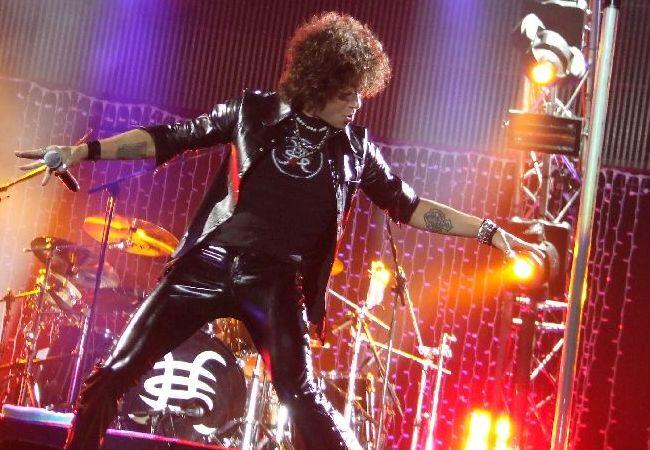 Enrique Bunbury durante una de las actuaciones correspondientes a la gira de 2007 con el grupo.
