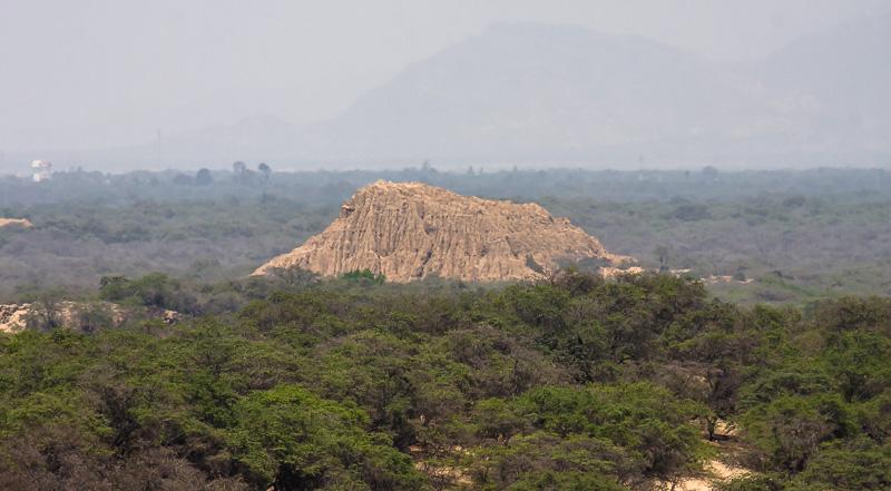 Huaca El Loro (El oro) - Vista desde el Cerro Las Salinas.jpg