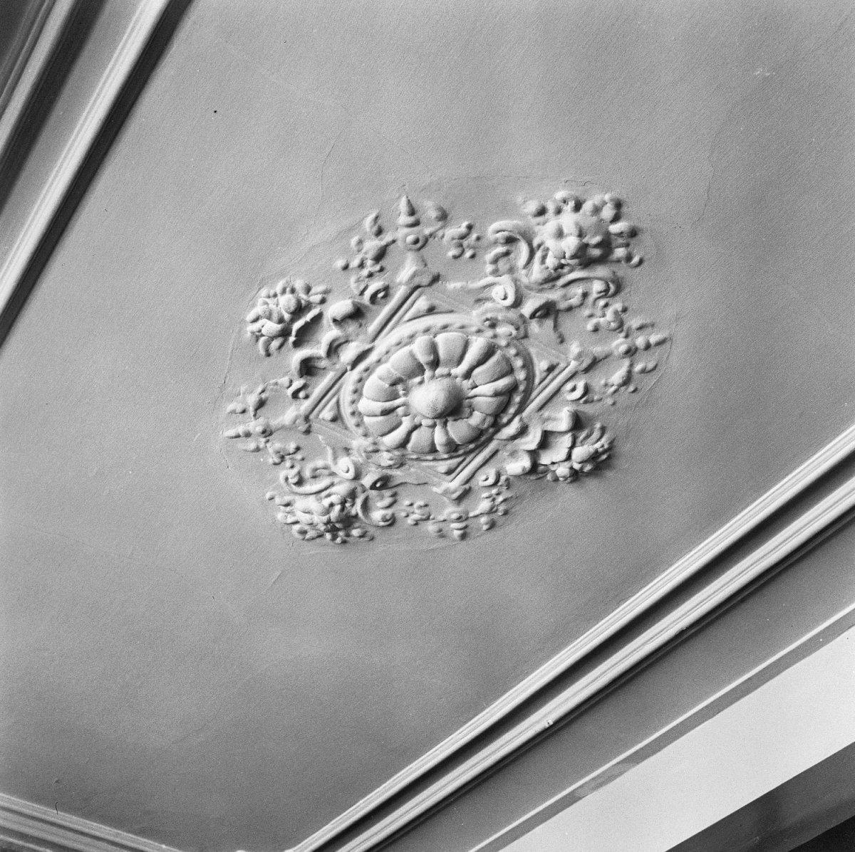fileinterieur linker voorkamer plafond stucwerk ornament 19e eeuws noordwijk