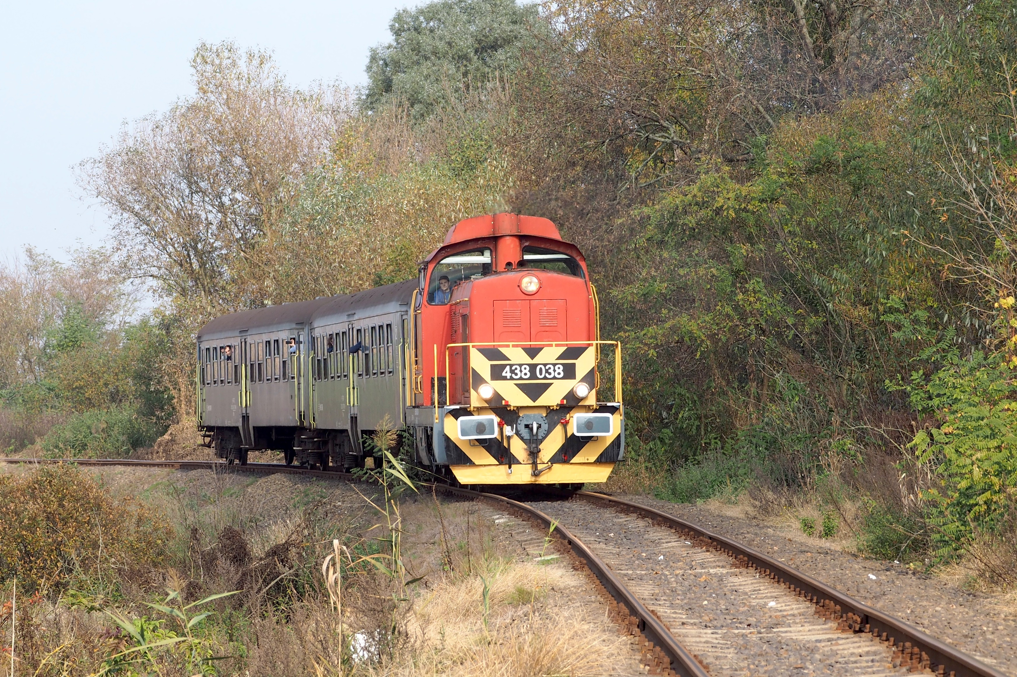 File:Különvonat a 88-as számú vasútvonalon a 438 038 pályaszámú  mozdonnyal.jpg