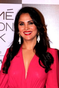 Lara Dutta snapped at the grand finale of Lakme Fashion Week 2018 (02) (cropped).jpg