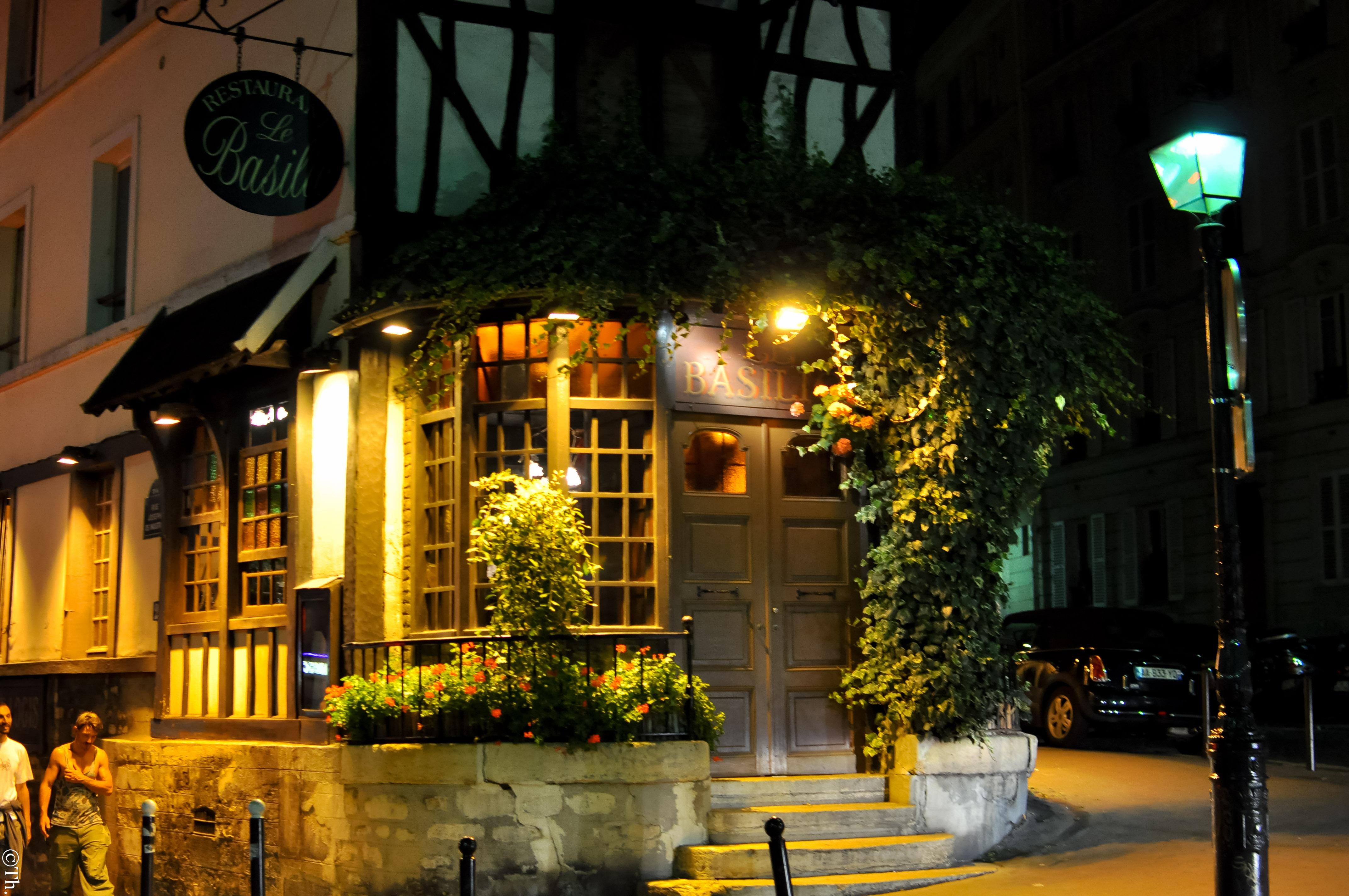 File le basilic 33 rue lepic 75018 paris for Le miroir restaurant montmartre