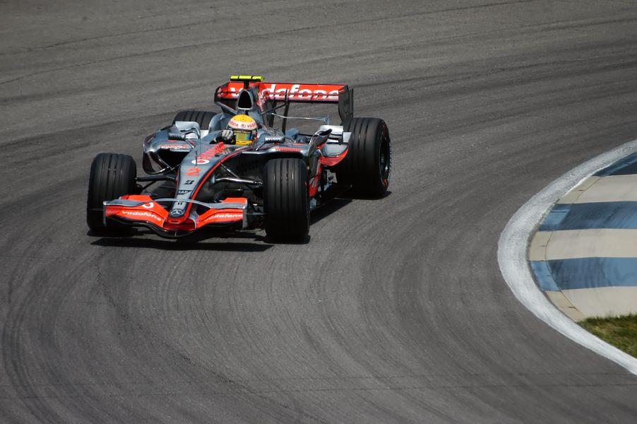 Lewis Hamilton blijft in 2008 aan bij McLaren. Fernando Alonso keert na spygate terug naar Renault.