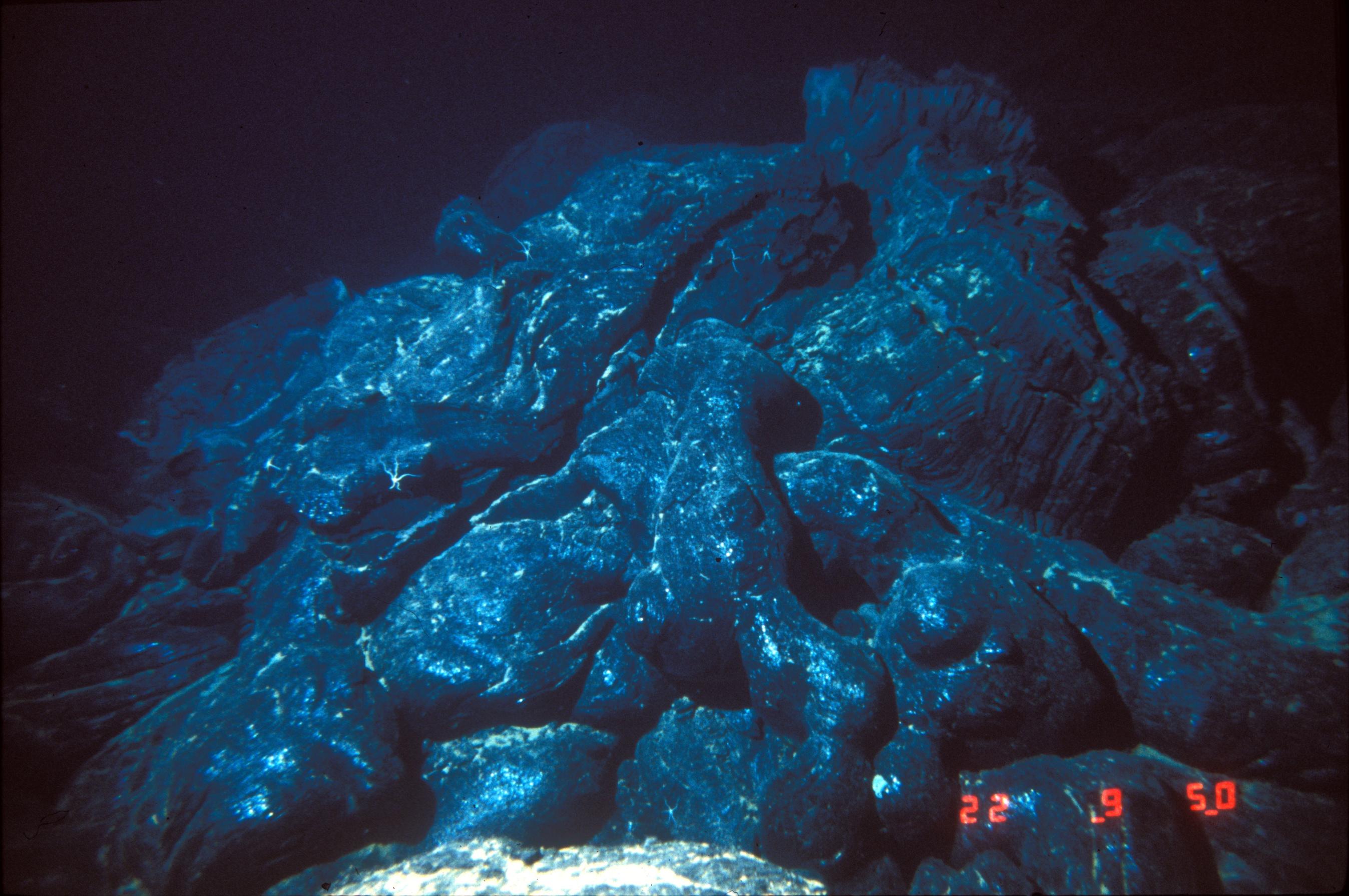 File:Nur05028 - pile of pillow lava.jpg - Wikimedia Commons