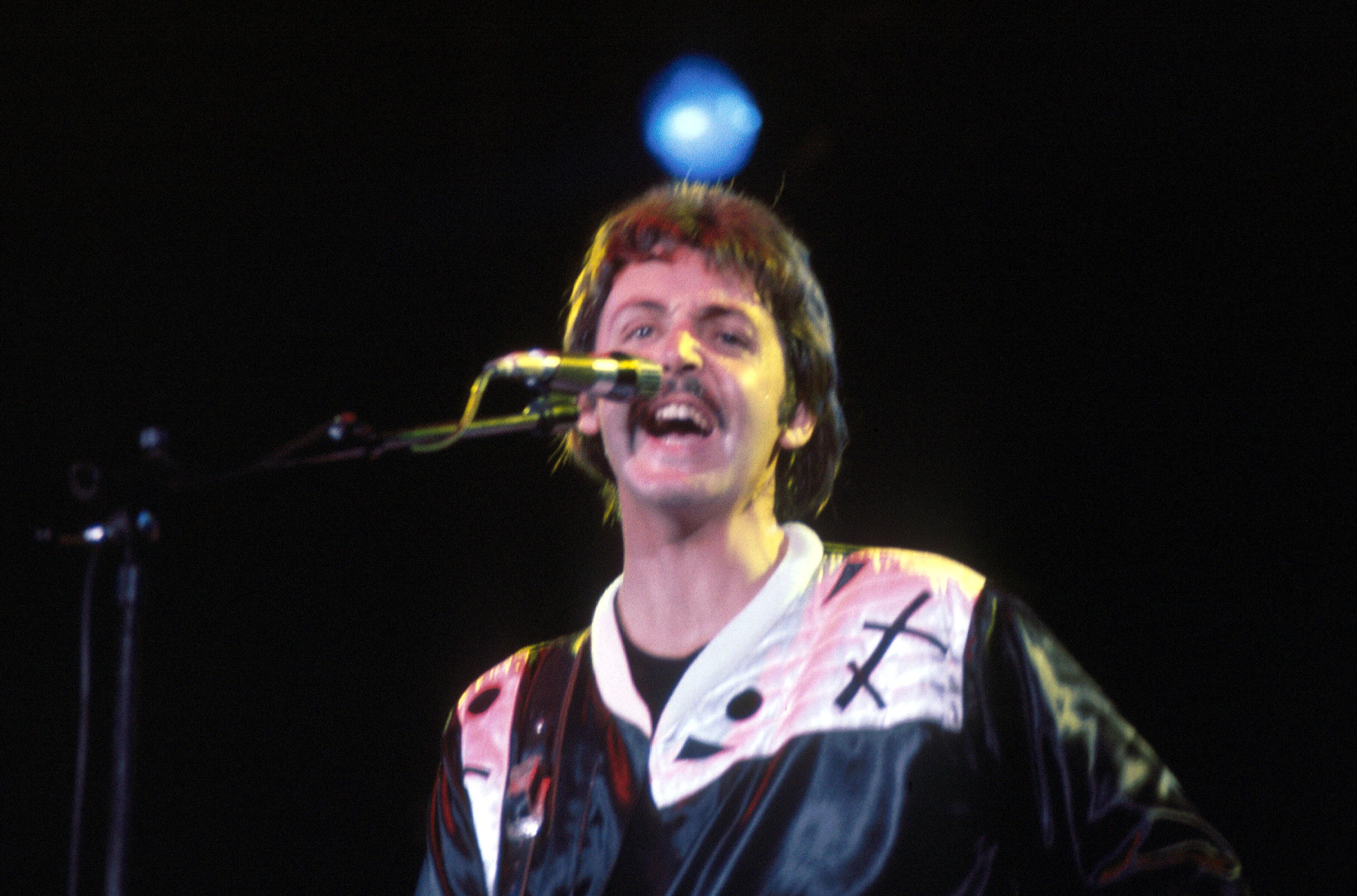 McCartney durante un concierto en Italia de la gira Wings Over the World Tour, septiembre de 1976.