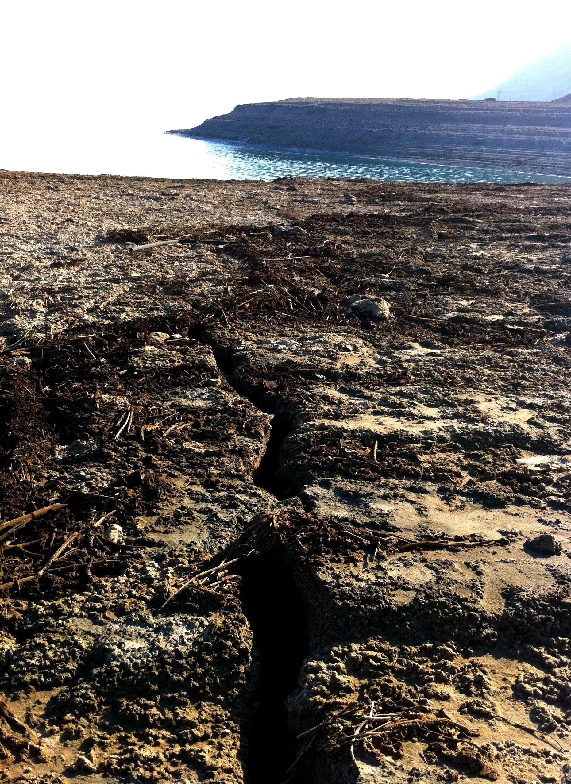 סדקים בקרקע על חוף ים המלח